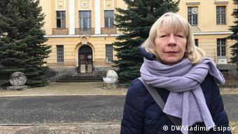 Биргит Флюгге на фоне Дома офицеров