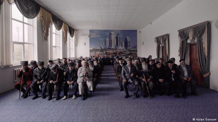 Filmstill zeigt trauernde muslimische Männer in einem Saal Kunsthalle Hamburg