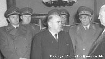 Stasi-Minister Ernst Wollweber (Mitte) gratuliert DDR-Präsident Wilhelm Pieck zum 80. Geburtstag (1956). Im Hintergrund die die ostdeutsche Generalität. Im Hintergrund zwischen Wollweber und Pieck der ehemalige Wehrmachts- und damalige NVA-General Vincenz Müller.(Foto: Deutsches Bundesarchiv)
