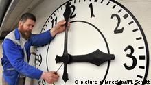 Deutschland Uhrmachermeister baut Turmuhren