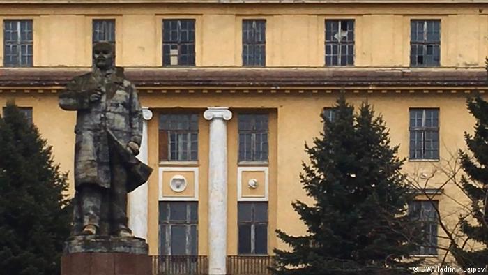 Памятник Ленину на фоне здания бывшего Дома офицеров в Вюнсдорфе