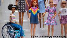 28.01.2020, Bayern, Nürnberg: Barbie-Puppen der Linie Fashionistas des US-amerikanischen Spielzeughersteller Mattel sind am Stand des Unternehmens auf der Spielwarenmesse ausgestellt. Mattel will bis 2030 auf nachhaltige Materialien umstellen. Dann sollen die Spielzeuge und Verpackungen nur noch aus recycelten, wiederverwertbaren oder biobasierten Kunststoffen bestehen. Die Linie wird u.a. um eine Puppe ohne Haare erweitert. Foto: Daniel Karmann/dpa - ACHTUNG: Nur zur redaktionellen Verwendung im Zusammenhang mit der aktuellen Berichterstattung über die Spielwarenmesse 2020. | Verwendung weltweit