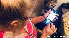 Ukraine Rentnerin mit Smartphone
