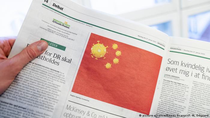 Karikatur von Coronavirus auf der chinesischen Flagge (picture-alliance/Ritzau Scanpix/I. M. Odgaard)