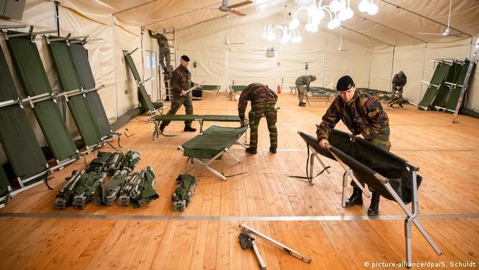 U šatorskom naselju u Garlstedtu pripremaju se ležajevi za 2.000 vojnika (picture-alliance/dpa/S. Schuldt)