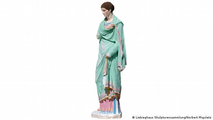 A colorful reconstruction of a statue (grün/rosa) einer Frau (Foto: Liebieghaus Skulpturensammlung/Norbert Miguletz)