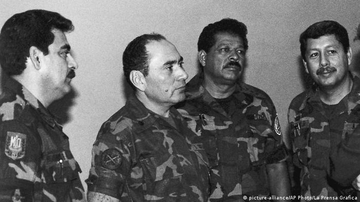 Foto de archivo de 1989. Inocente Orlando Montano (segundo de la derecha).