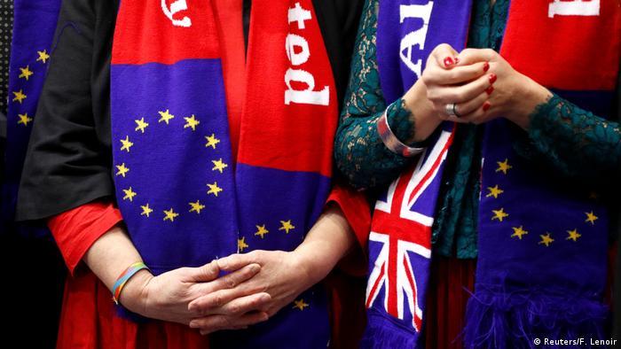 Шарфы с флагами ЕС и Великобритании