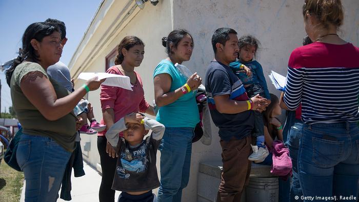 Foto de migrantes centroamericanos en espera de sus trámites de refugio.