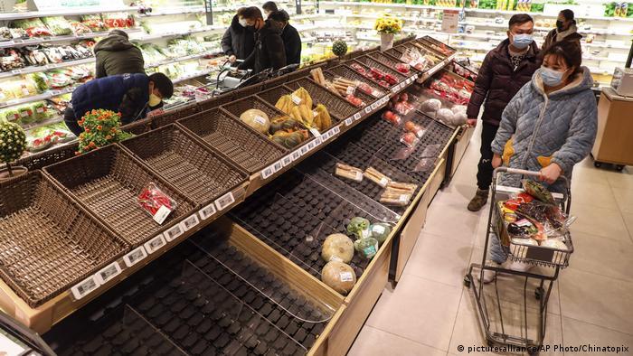 China Wuhan Leere Supermarkt Regale nach Coronavirusausbruch (picture-alliance/AP Photo/Chinatopix)