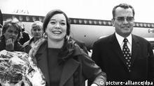 Die amerikanische Schauspielerin Shirley MacLaine mit Festspielleiter Dr. Alfred Bauer am 3. Juli 1971 auf dem Flughafen Tempelhof kurz nach ihrer Ankunft. Zur Welturaufführung des amerikanischen Beitrags zu den 21. Internationalen Filmfestspielen Berlin 1971, Sophie und Otto, traf am 3.7.1971 die Hauptdarstellerin Shirley MacLaine auf dem Zentralflughafen Tempelhof ein. Der Film unter der Regie von Frank D. Gilroy wird am 5.7.1971 im Zoo-Palast aufgeführt. | Verwendung weltweit