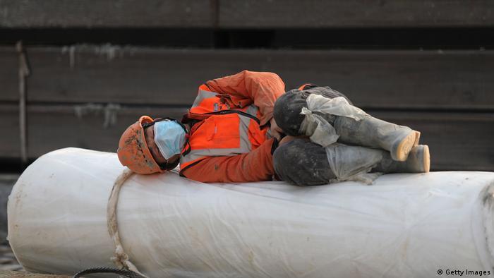 Un hombre descansa tras una jornada intensa de trabajo.