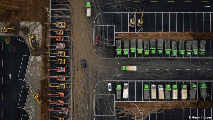 Organización de los camiones y las máquinas excavadoras con vista desde el aire. Se pueden ver los colores de las diferentes máquinas.