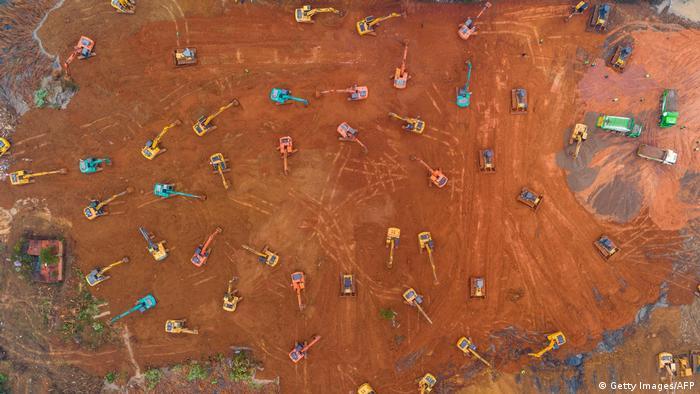 Una imagen desde lo alto. Se observan varias máquinas excavadoras de varios colores.