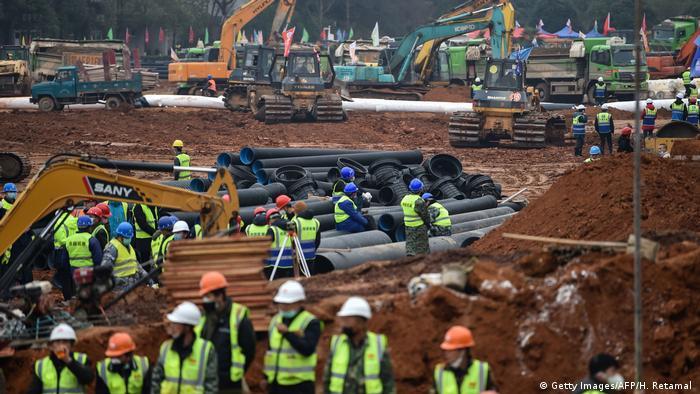 Trabajadores junto a los módulos de construcción para ensamblaje.