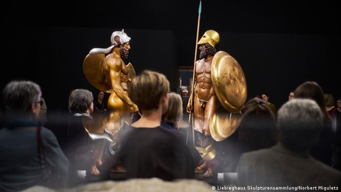 Two bronye fighters face one another (Foto: Liebieghaus Skulpturensammlung/Norbert Miguletz)