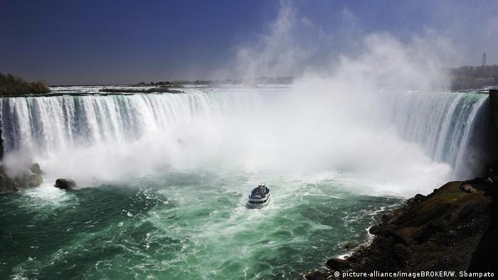Niagara Falls by excursion boat, Ontario, Canada, North America (picture-alliance/imageBROKER/W. Sbampato)