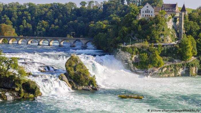 Switzerland tourist boat at the Rhine Falls with Castle Laufen near Schaffhausen (picture-alliance/imageBROKER/Lilly)
