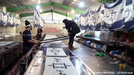 Iran Fabrik stellt Flaggen zum Verbrennen her