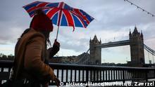 People are walking in the rain towards Tower Bridge in London, United Kingdom on 11 December, 2019.. UK General Election will be held on 12 December, 2019. (Photo by Beata Zawrzel/NurPhoto) | Keine Weitergabe an Wiederverkäufer.