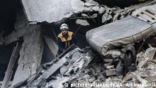 Syrien Ariha | Mitglied des syrischen Zivilschutzes inspiziert ein beschädigtes Gebäude