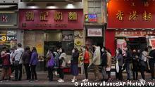 Hongkong | Corona Virus: Menschen stehen Schlange um Schutzmasken zu kaufen