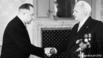 DDR-Präsident Pieck (im Frack) gratuliert dem neuen Stasi-Minister Erich Mielke (li.) (Foto: Bundesarchiv)