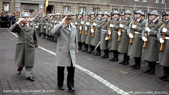 Хонеккер и Мильке принимают парад дивизии имени Дзержинского, подчинявшейся министерству государственной безопасности ГДР