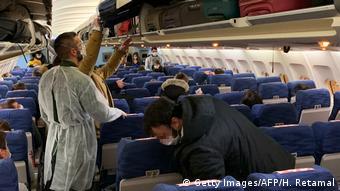 Μέτρα προστασίας σε αεροπλάνα. Γάλλοι από το Γουχάν επιστρέφουν στην πατρίδα τους