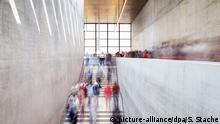 ARCHIV - 13.07.2019, Berlin: Besucher gehen nach der Eröffnung durch die James-Simon-Galerie (Berwegungsunschärfe durch Langzeibelichtung). Trotz Sanierungen und geschlossener Häuser verzeichnen die Staatlichen Museen zu Berlin einen deutlichen Besucheranstieg. (zuBerlins Staatliche Museen locken mehr Besucher) Foto: Soeren Stache/dpa +++ dpa-Bildfunk +++ | Verwendung weltweit