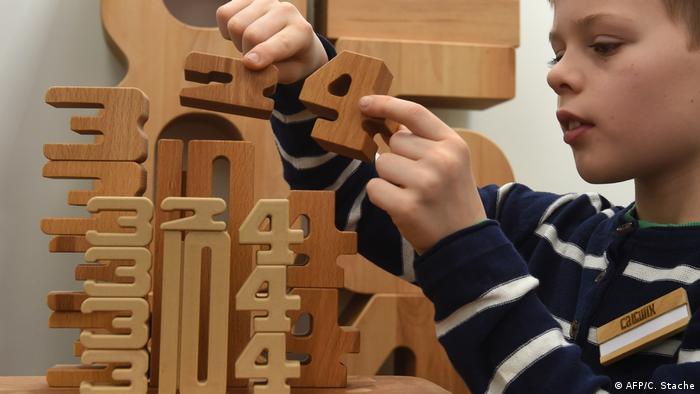 Niño usa el Calculix, un jugete de aprendizaje de números hecho de madera líquida