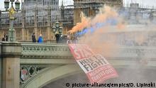 Großbritannien London   Banner der Gruppe Another Europe is Possible vor der Westminster Bridge
