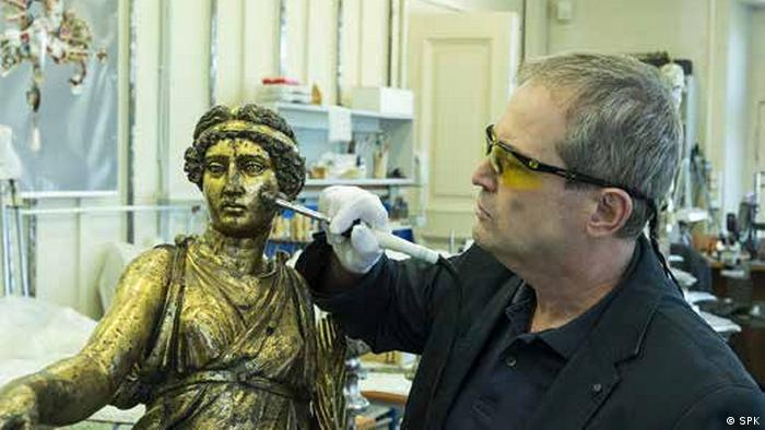 Man witha brush works on face of Victoria of Calvatone (SPK)