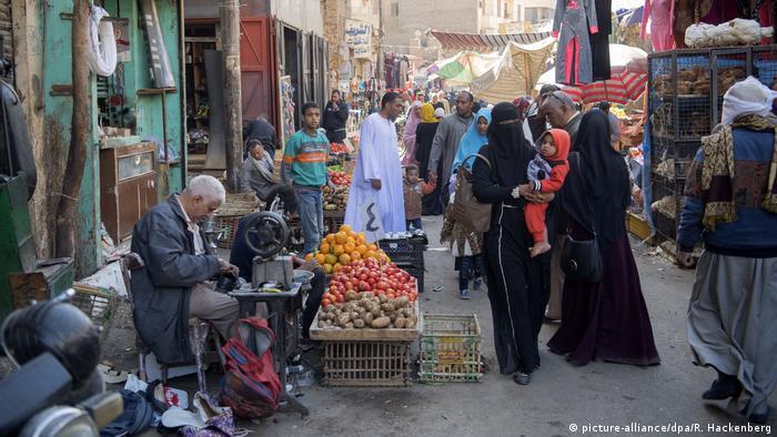 Ägypten Straßenszene in Luxor (picture-alliance/dpa/R. Hackenberg)