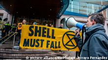 XR activists are holding banners in front of the doors of the Shell headquarters, in The Hague during an action against the oil company, on January 31st, 2020. (Photo by Romy Arroyo Fernandez/NurPhoto) | Keine Weitergabe an Wiederverkäufer.