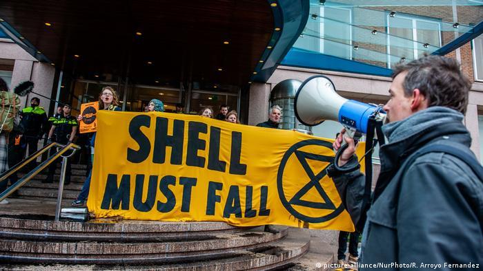 Долой Shell требуют экологисты в январе 2020 перед штаб-квартирой компании в Гааге