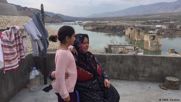 Sabriye Salkan, Hasankeyf'te yeni konutlar için yapılan hak sahipliği başvurusuna gecikince evsiz kalmış.