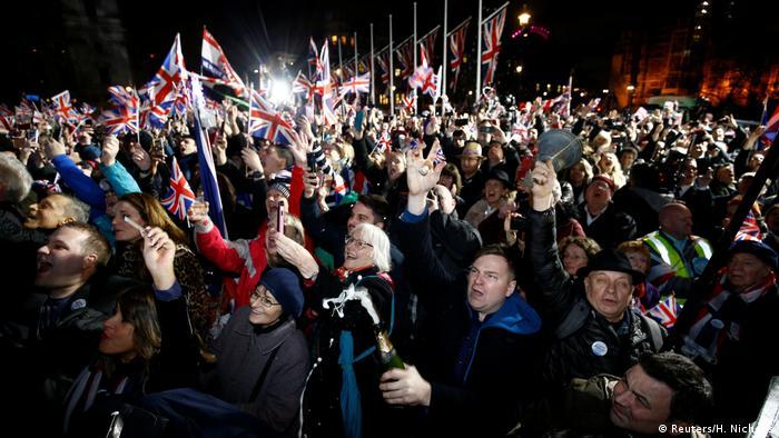 Milhares se reuniram em frente ao Parlamento britânico para celebrar o Brexit