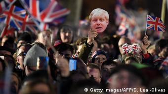 Жители Лондона с флагами Великобритании и портретом Бориса Джонсона празднуют Brexit