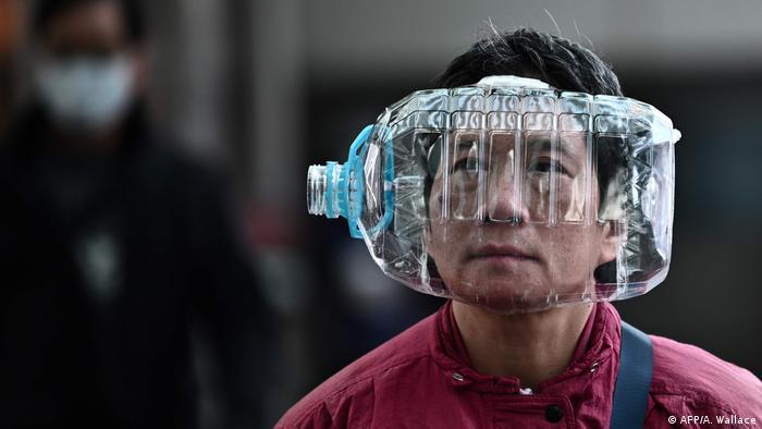 Житель Гонконга с пластиковой бутылкой на голове