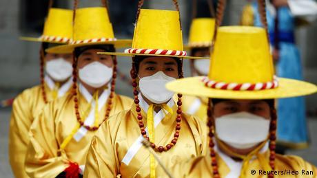 U Seulu je jučer svečano promijenjena straža Kraljevske garde ipsred palače Deoksu. Događaj nije mogao proći bez zaštitnih maski koji su nosili svi - i oni koji su posmatrali, i turisti, ali i glavni akteri ceremonije. Strah od korona virusa je veliki i osjeti se u svakom ćošku ovog grada.