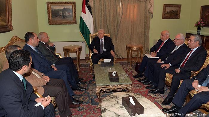 Não deixarei marcado na minha história que vendi Jerusalém, afirmou Abbas (c.) à Liga Árabe