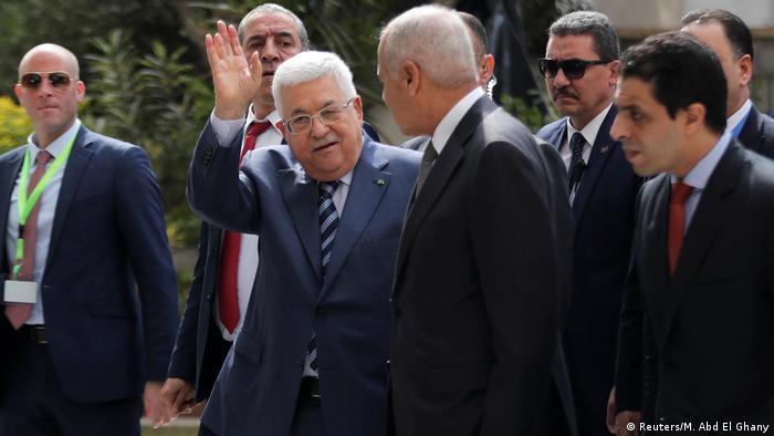 Líder palestino Mahmoud Abbas (c.) chega ao Cairo para reunião de emergência da Liga Árabe
