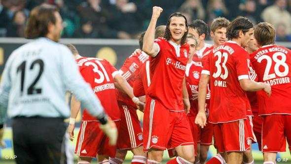 Daniel van Buyten feiert mit den Mannschaftskameraden sein Tor zum 2:0 für Bayern. (Foto: apn)