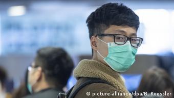 Звичайні маски рекомендують носити хворим, аби не заразити інших