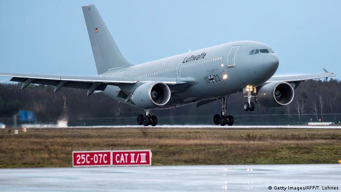 Літак Бундесверу з евакуйованими з Уханя німцями на борту сідає у Франкфурті-на-Майні