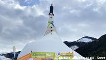 HANDOUT - 30.01.2020, Österreich, Donnersbachwald: Ein Mann steht auf dem Zylinder auf einem Schneemann. Der für einen Eintrag in das Guinness Buch der Rekorde gebaute Grösste Schneemann der Welt steht im Skigebiet Riesneralm in der Steiermark. Foto: Kerstin Steer/RIESNERALM BERGBAHNEN GMBH/APA/dpa - ACHTUNG: Nur zur redaktionellen Verwendung im Zusammenhang mit der aktuellen Berichterstattung und nur mit vollständiger Nennung des vorstehenden Credits +++ dpa-Bildfunk +++ |