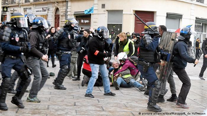 Демонстрация желтых жилетов в городе Монпелье во Франции 1 февраля 2020 года