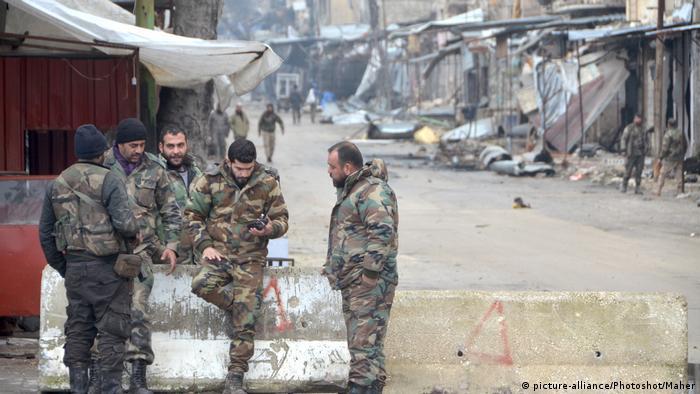 Syrische Soldaten in der eroberten Stadt Maarat al-Numan (Foto: picture-alliance/Photoshot/Maher)