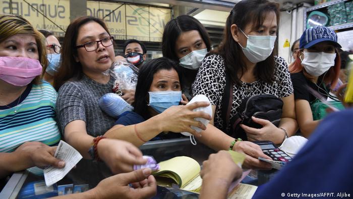 Mujeres con máscaras en Filipinas.
